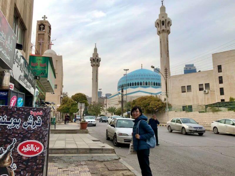 ヨルダンの首都、アンマンのブルーモスクの前に立つ森さん