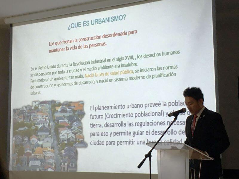 コロンビアの政府機関に向けて、活動報告・研究課題をプレゼンする鈴木さん