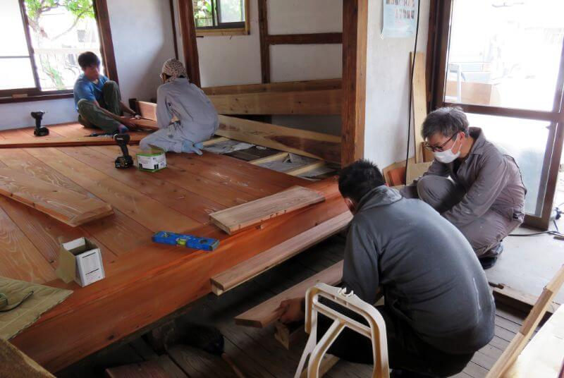 手際よく床を張り進める城谷さんと森さん。漆原さんから階段設置の説明を受ける鈴木さん