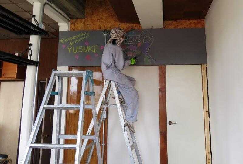 漆原さんが作業現場の黒板に書いたというスペイン語「おかえりなさい悠介」