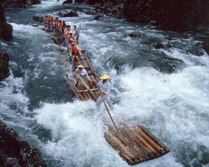 激流に乗る観光筏
