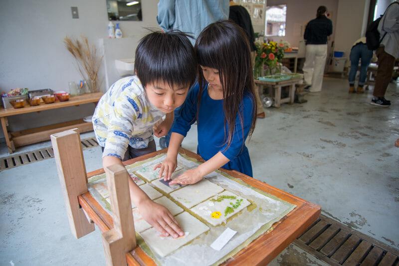 和紙にデコレーションする子ども達