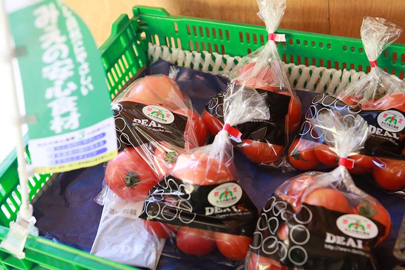 トマトはデアルケの事務所兼直売所で地元の方向けに直売している。取材中にも何人かのお客さんがトマトを買いに来た