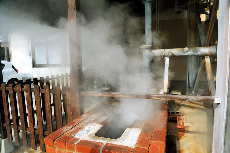 105℃の源泉の蒸気で調理できる蒸し釜