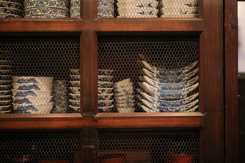 食器類は旅館で使われていたものを再利用している