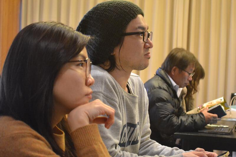横石社長の話を真剣に聞く参加者たち