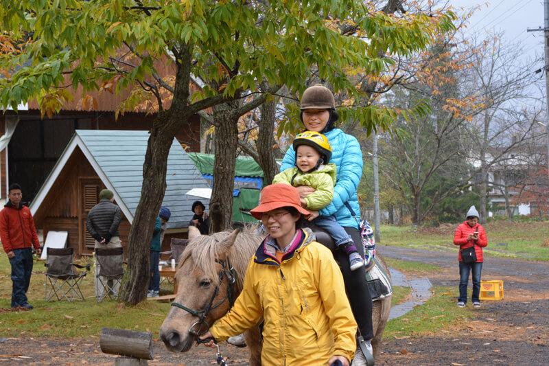 子どもたちは乗馬初挑戦
