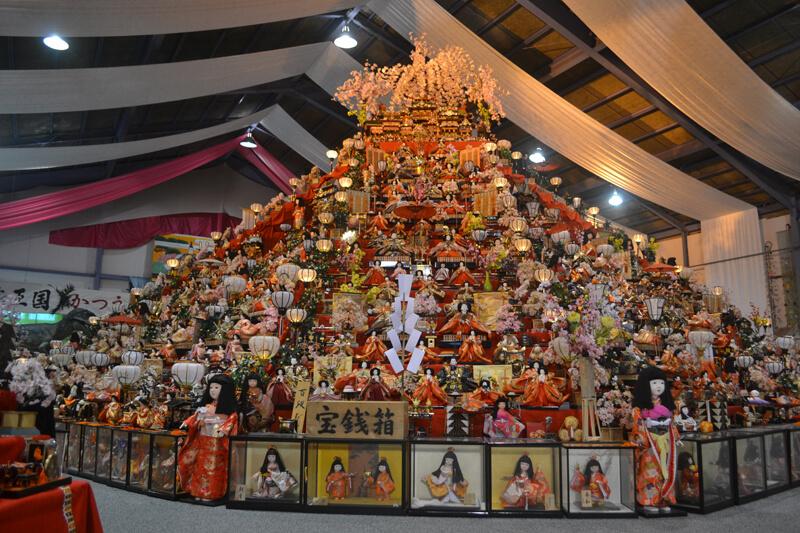 円錐形の階段にたくさんのひな人形が飾られた「ビッグひなまつり」