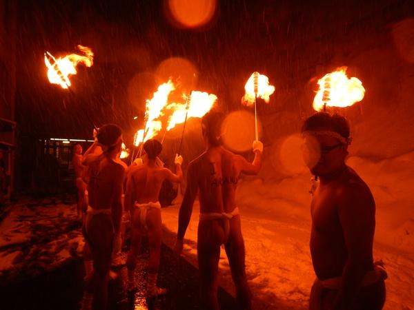 松明の火をもつ男たち