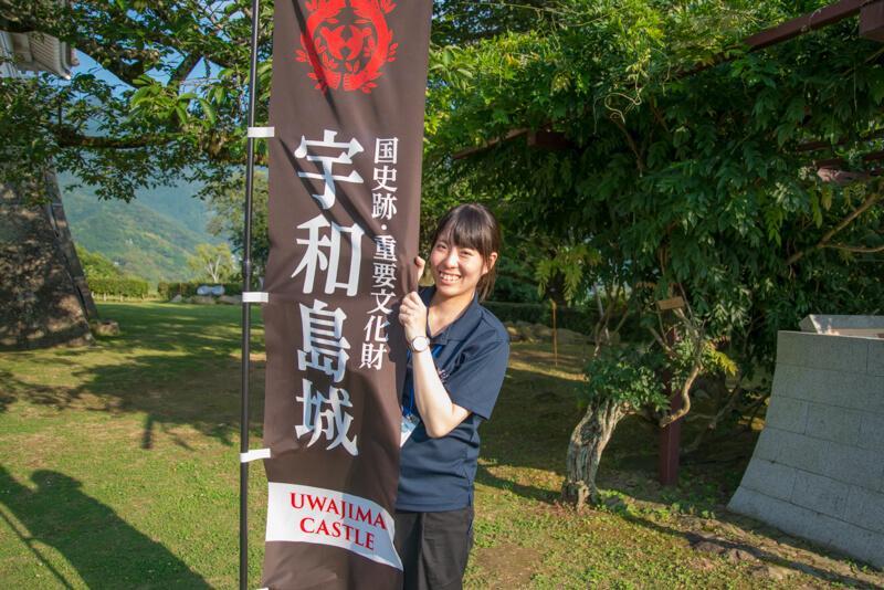 宇和島城の旗を持った岡さん