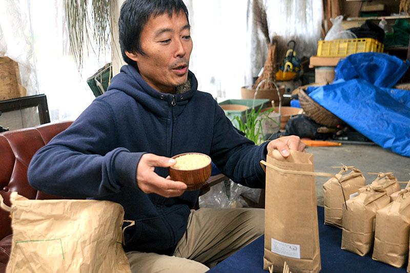 お米を袋に詰める三浦さん