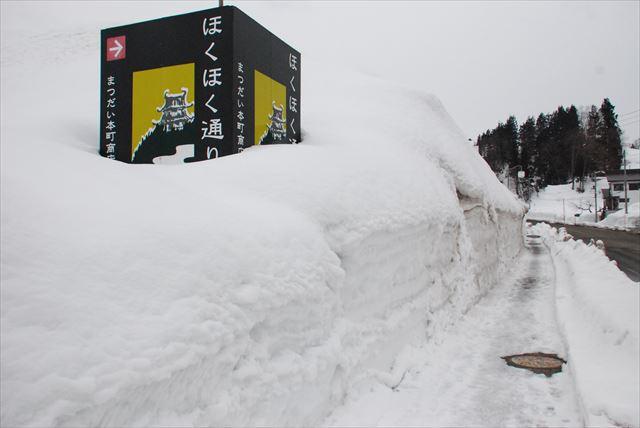 雪の積もっている通り