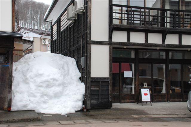 家の横にある積み重なった雪