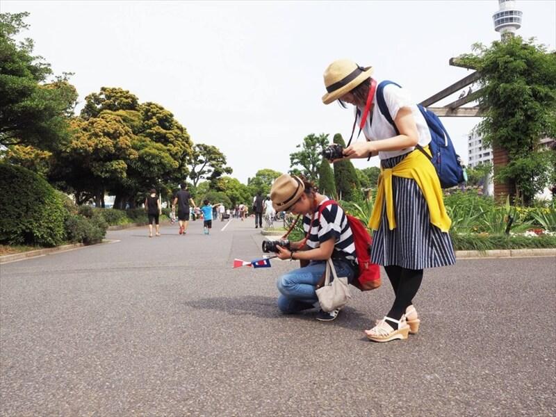 川野さんに写真の撮り方を教わる参加者